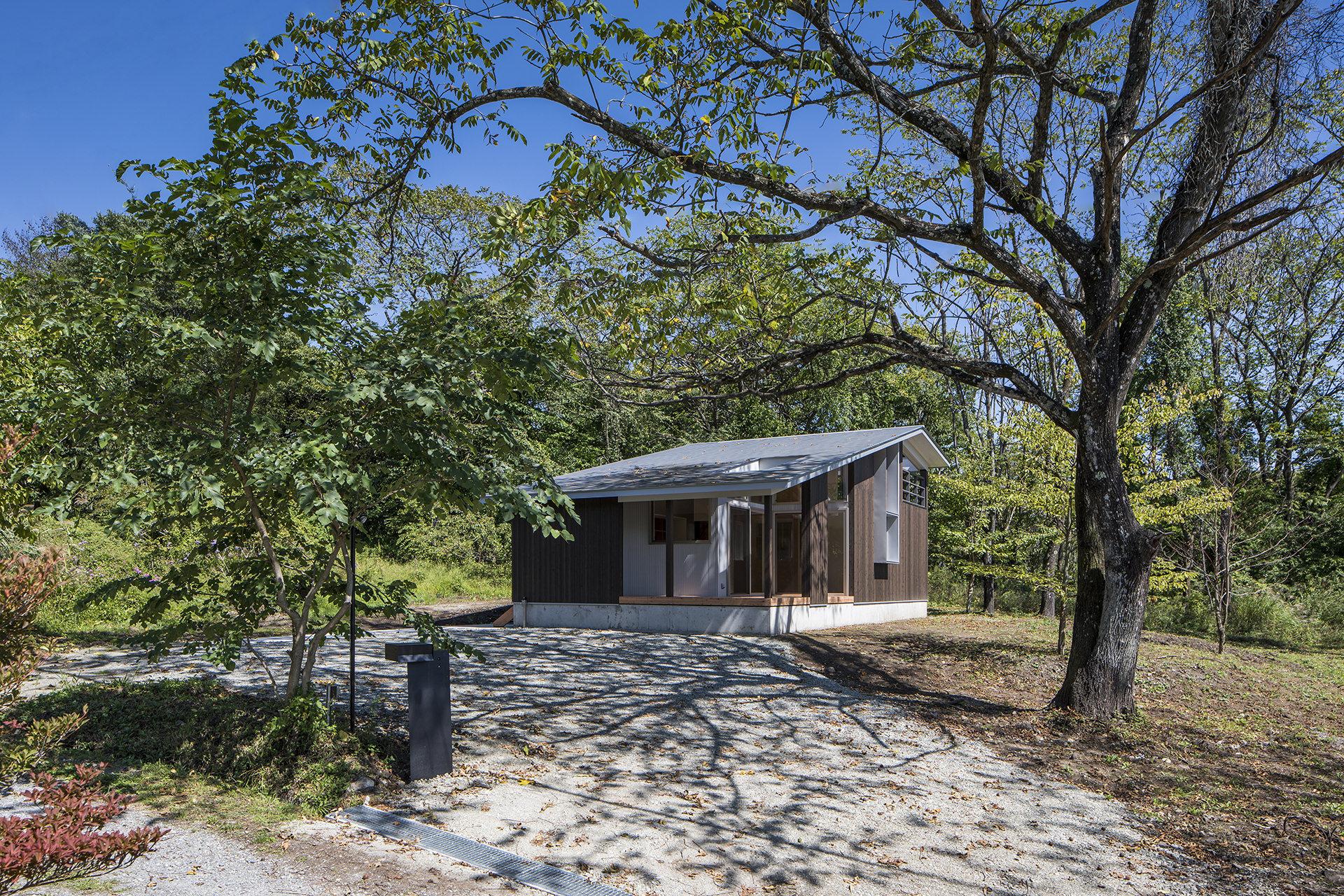 自然に寄り添う、アウトドアリビングをもつ大屋根の家 イメージ1 撮影:東涌写真事務所・東涌宏和