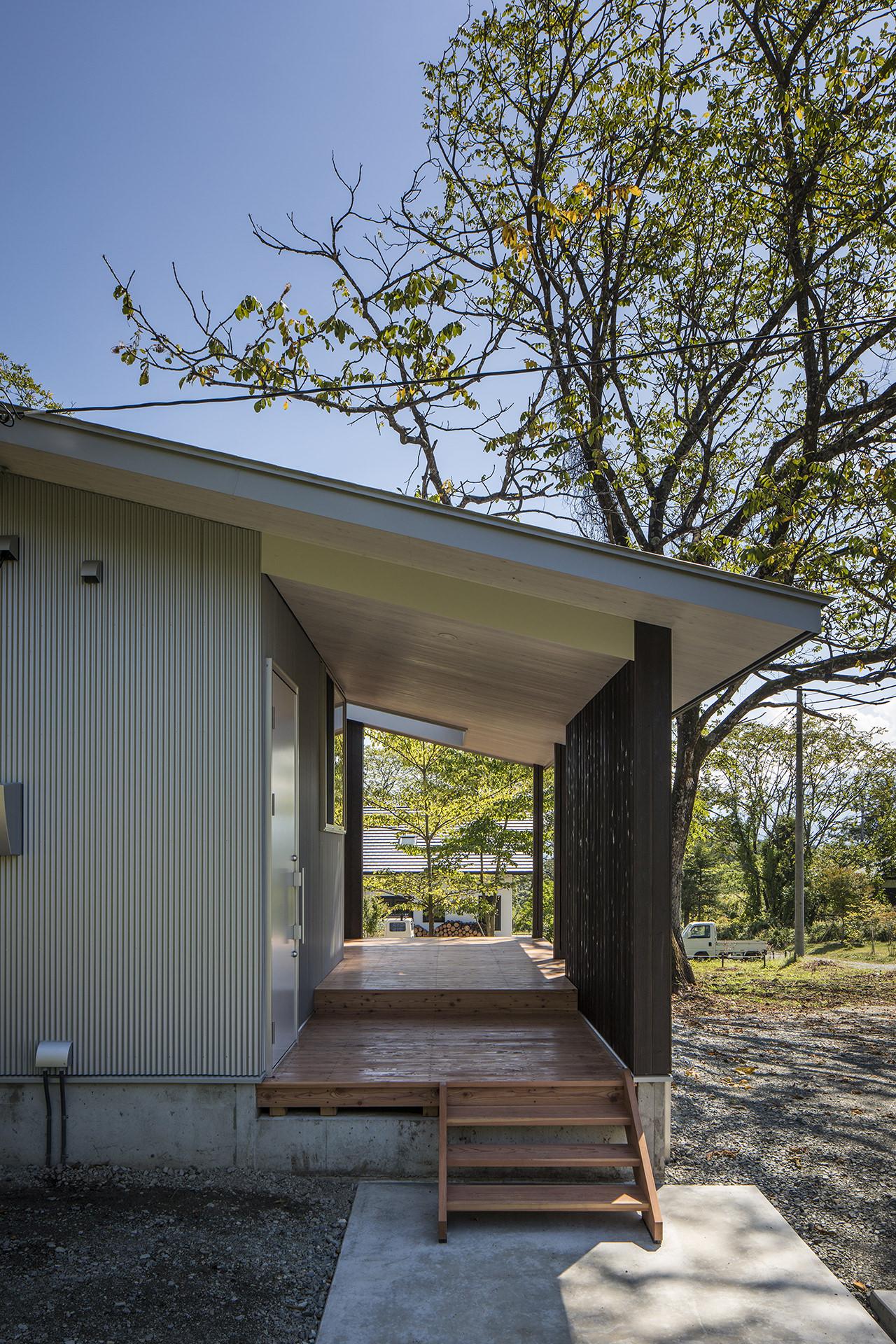 自然に寄り添う、アウトドアリビングをもつ大屋根の家 イメージ4 撮影:東涌写真事務所・東涌宏和