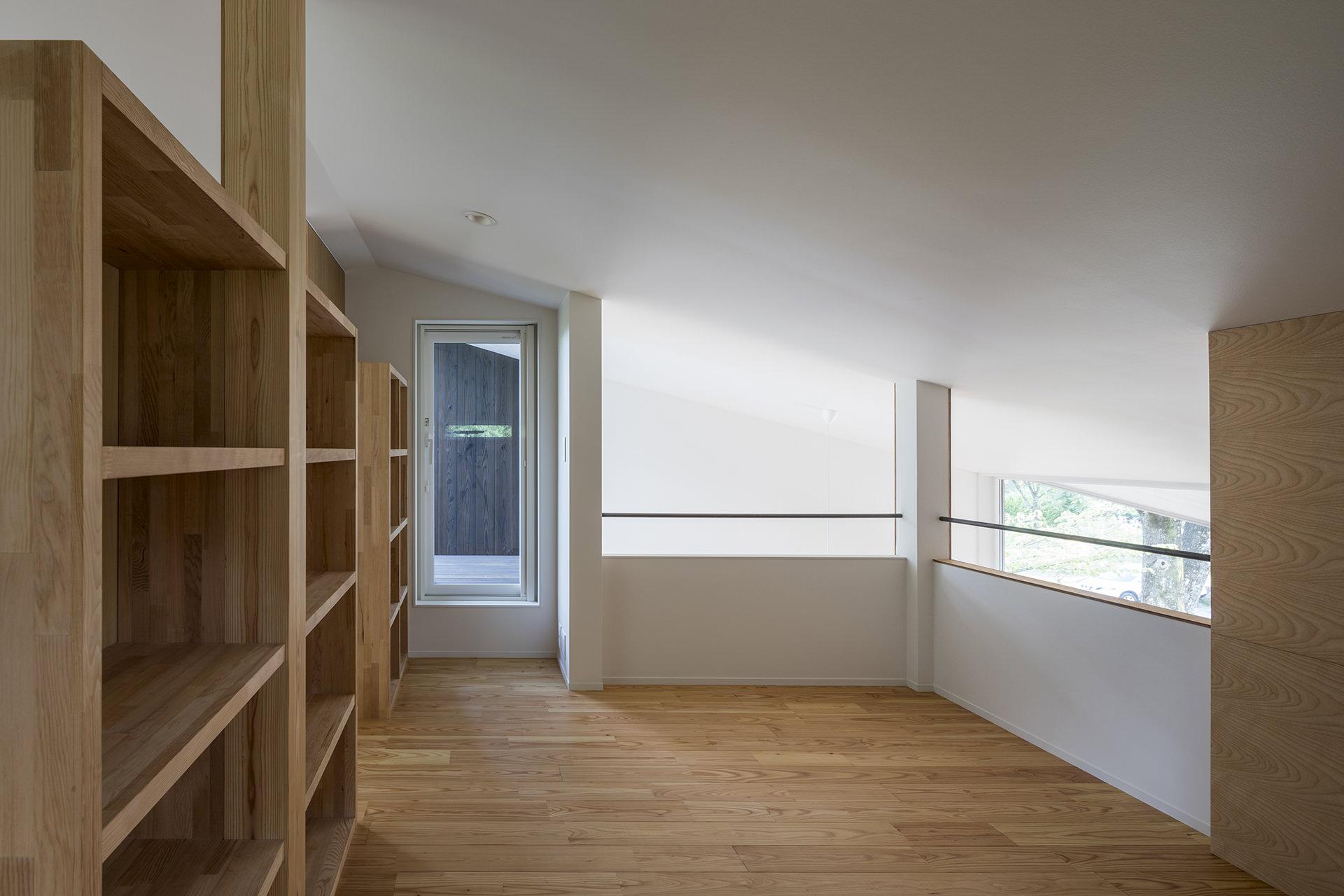 自然に寄り添う、アウトドアリビングをもつ大屋根の家 イメージ17 撮影:東涌写真事務所・東涌宏和