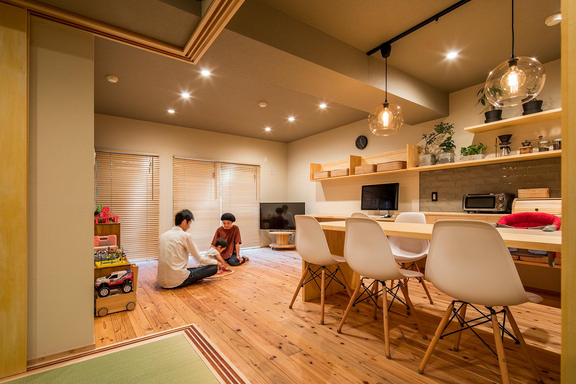 「アイランドキッチンと広々LDKの暮らしを愉しむ家」イメージ06 撮影:東涌宏和