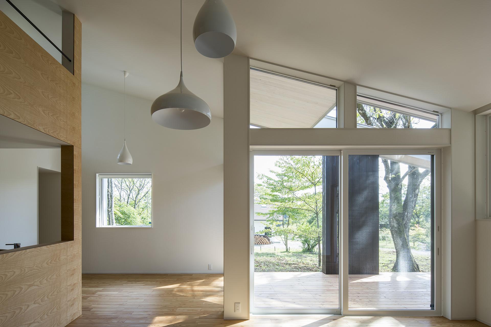 自然に寄り添う、アウトドアリビングをもつ大屋根の家 イメージ9 撮影:東涌写真事務所・東涌宏和