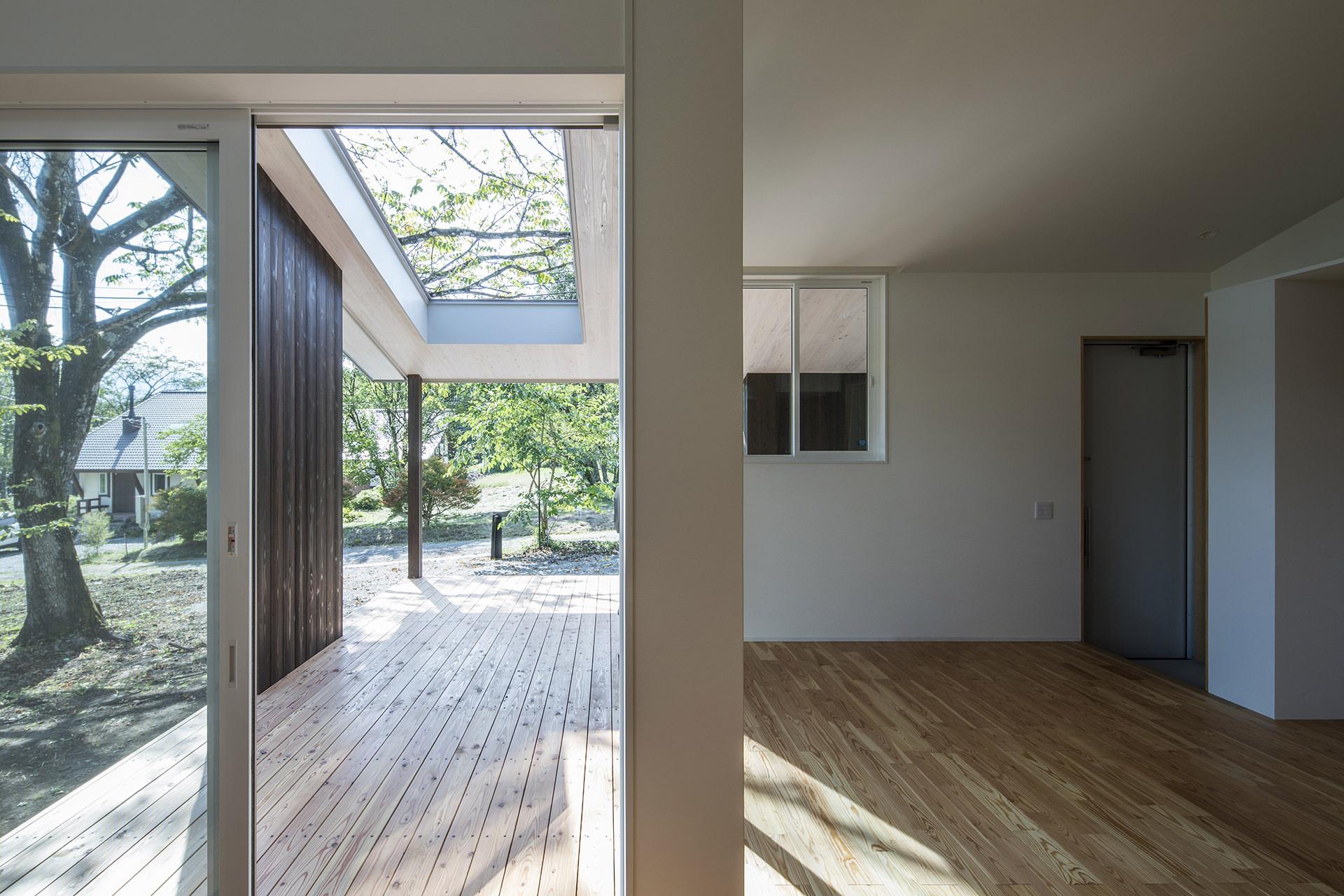 自然に寄り添う、アウトドアリビングをもつ大屋根の家 イメージ11 撮影:東涌写真事務所・東涌宏和