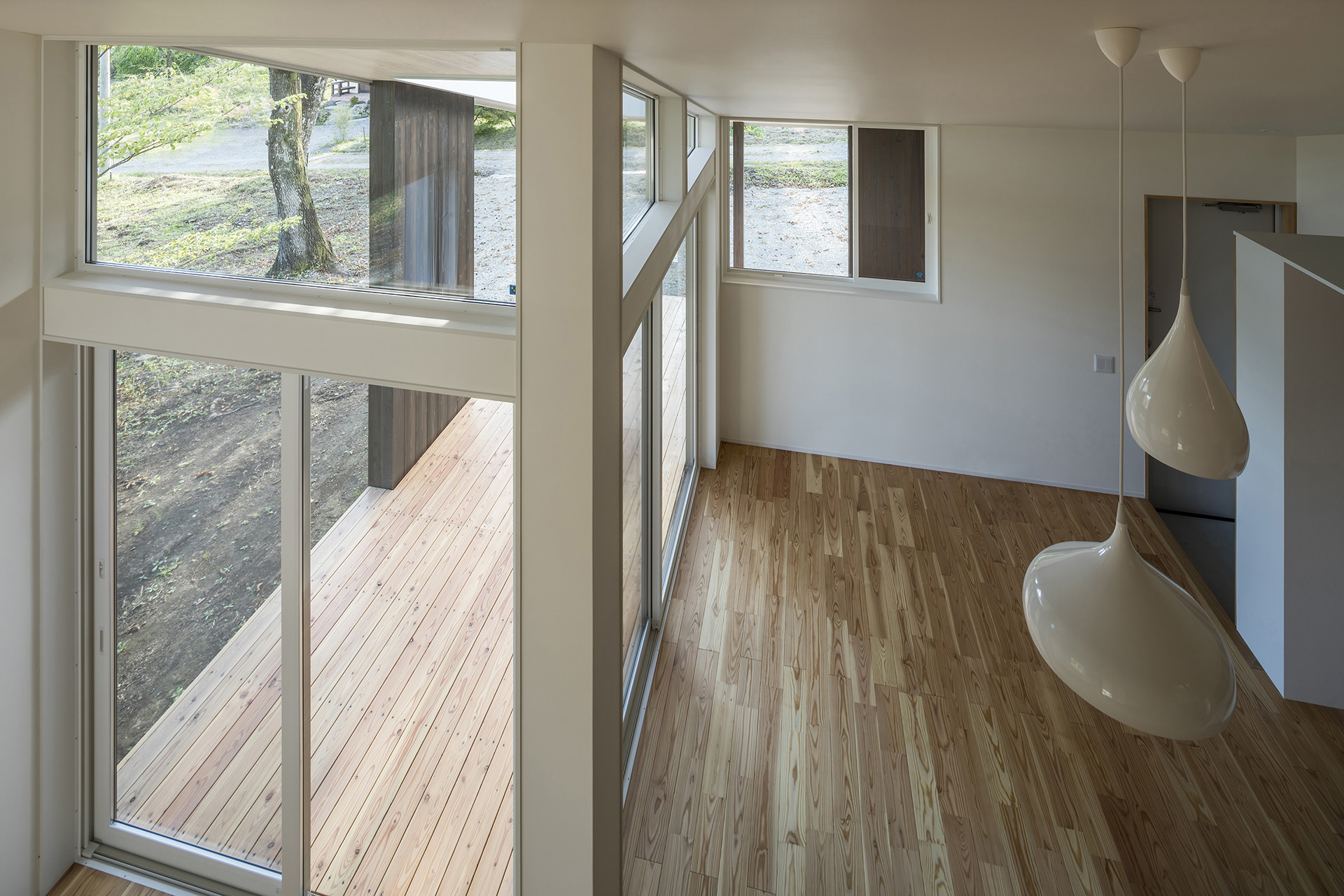 自然に寄り添う、アウトドアリビングをもつ大屋根の家 イメージ18 撮影:東涌写真事務所・東涌宏和