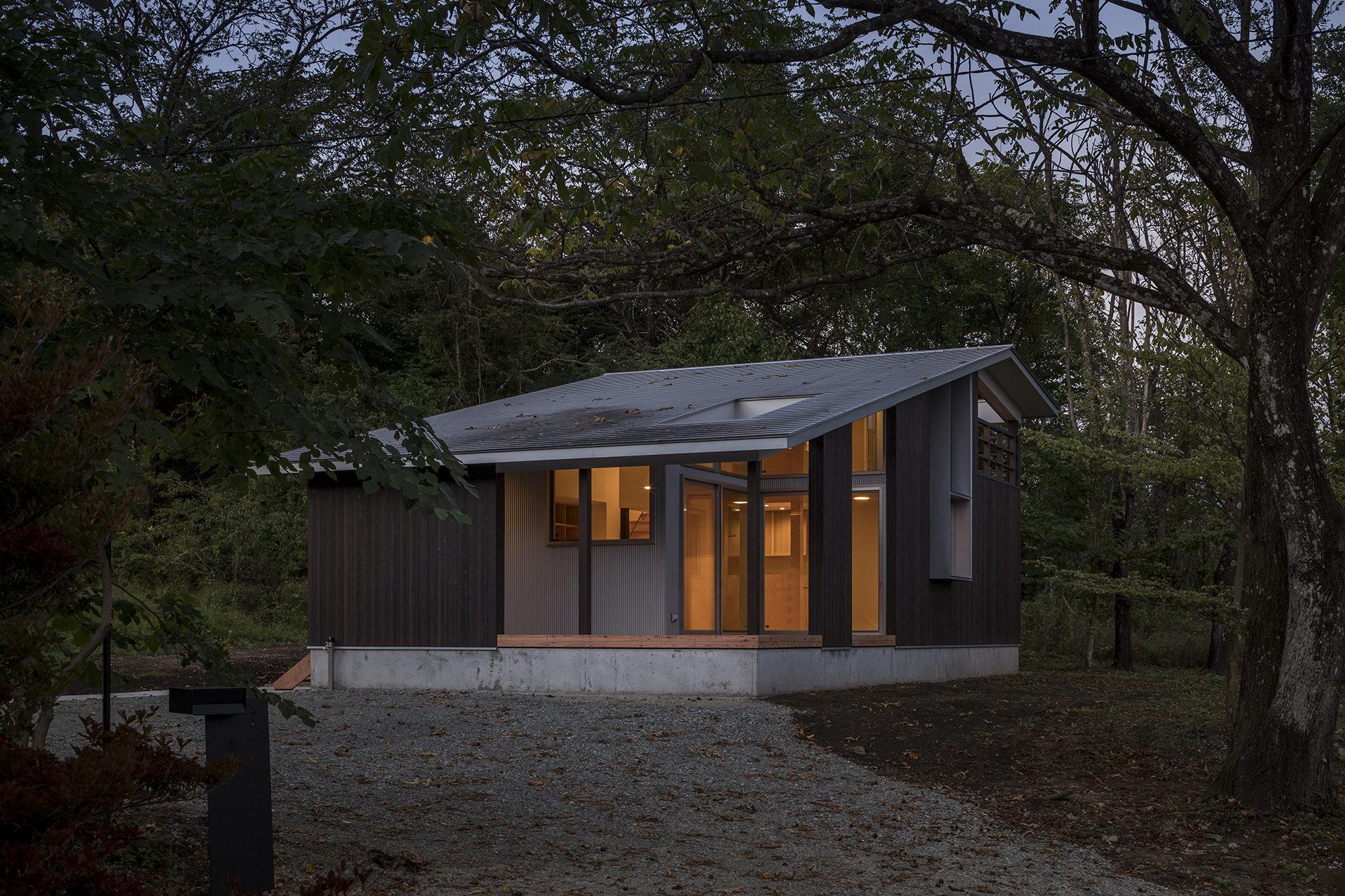 自然に寄り添う、アウトドアリビングをもつ大屋根の家 イメージ19 撮影:東涌写真事務所・東涌宏和