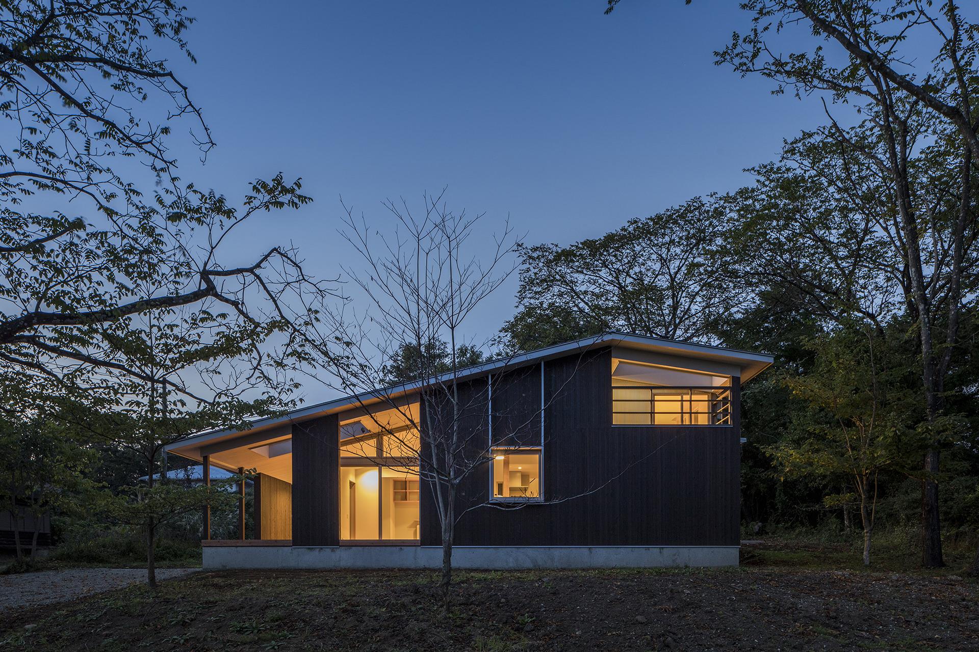 自然に寄り添う、アウトドアリビングをもつ大屋根の家 イメージ21 撮影:東涌写真事務所・東涌宏和v