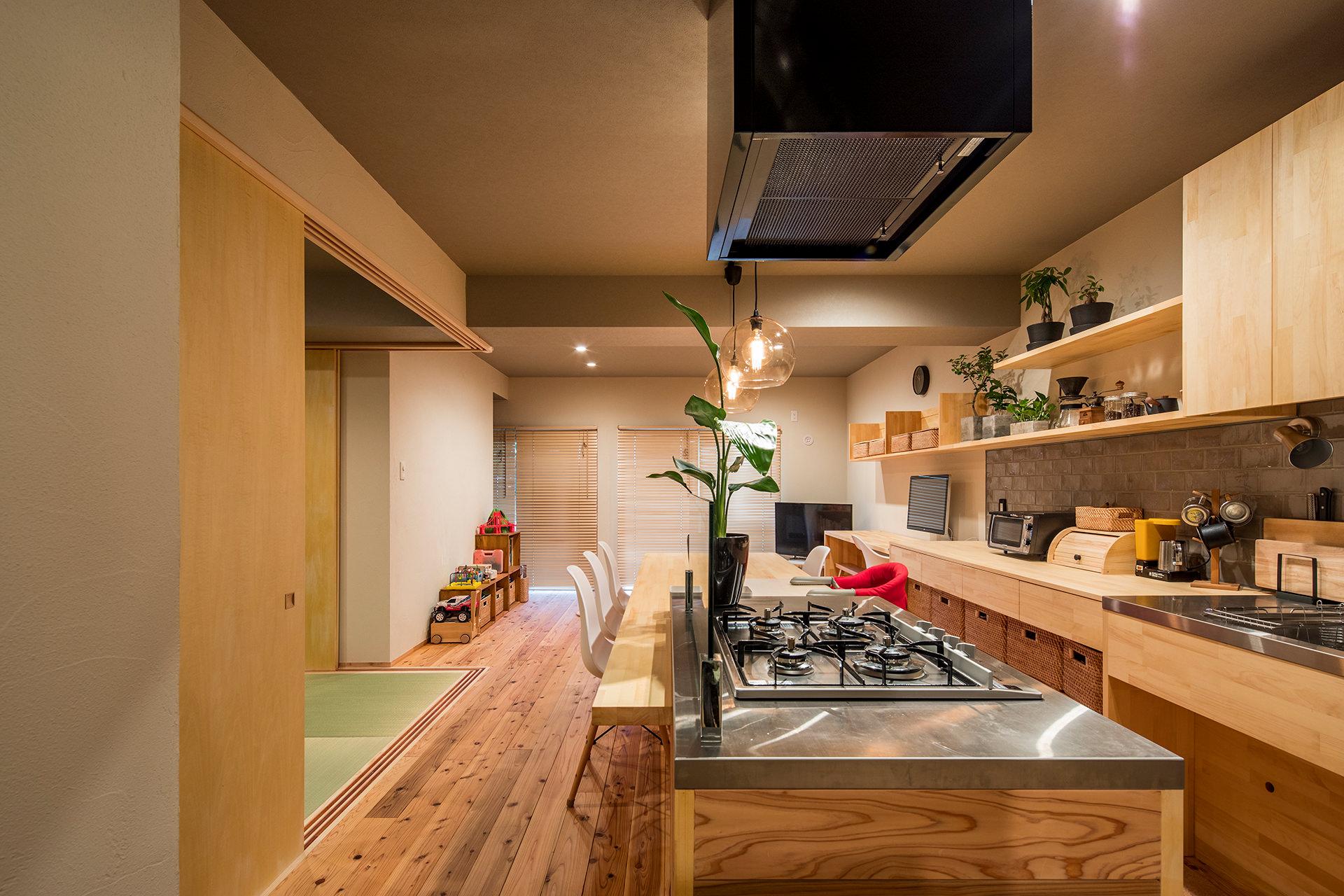 「アイランドキッチンと広々LDKの暮らしを愉しむ家」イメージ01 撮影:東涌宏和