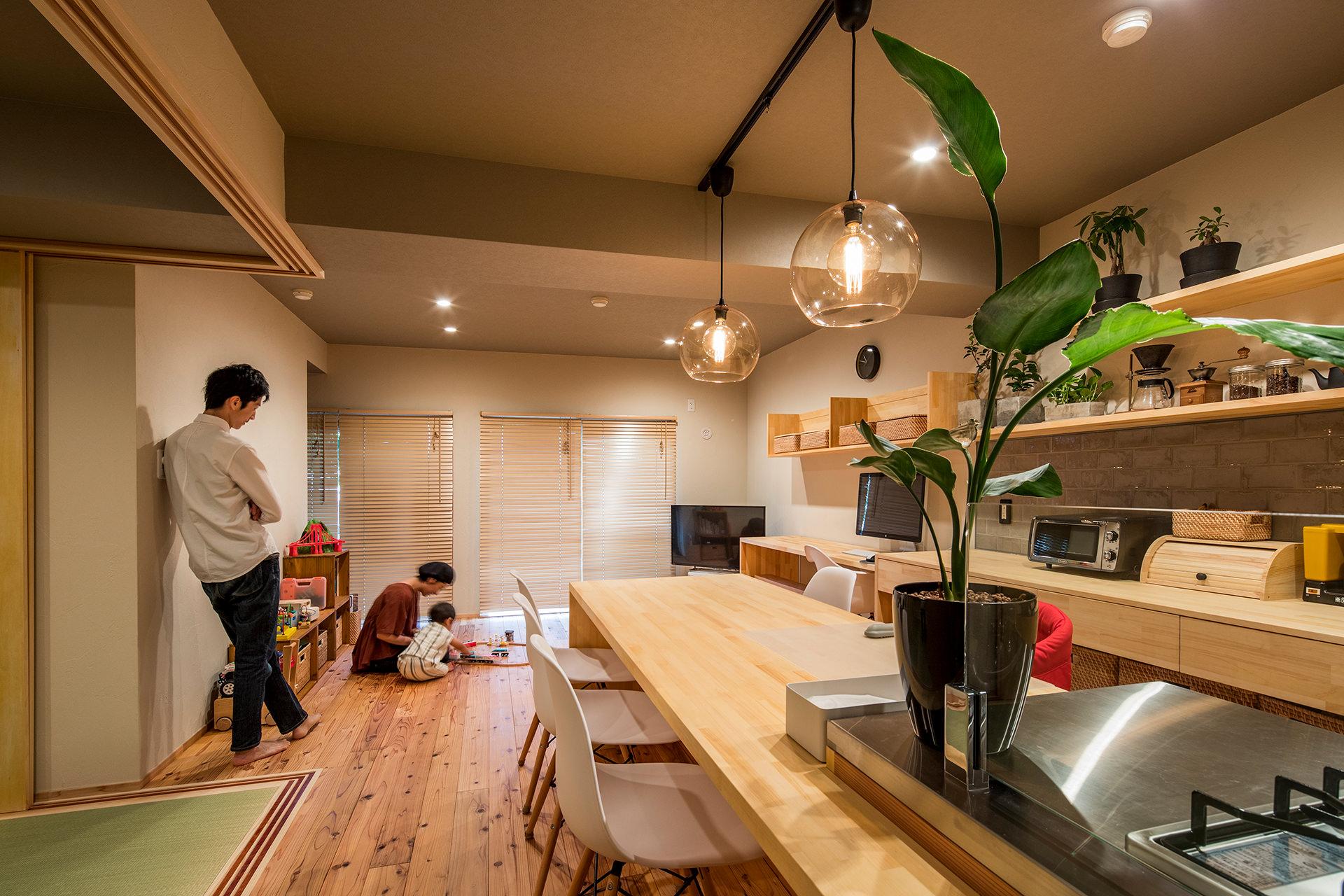 「アイランドキッチンと広々LDKの暮らしを愉しむ家」イメージ02 撮影:東涌宏和