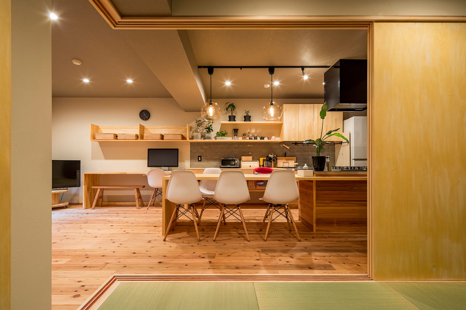 「アイランドキッチンと広々LDKの暮らしを愉しむ家」イメージ05 撮影:東涌宏和